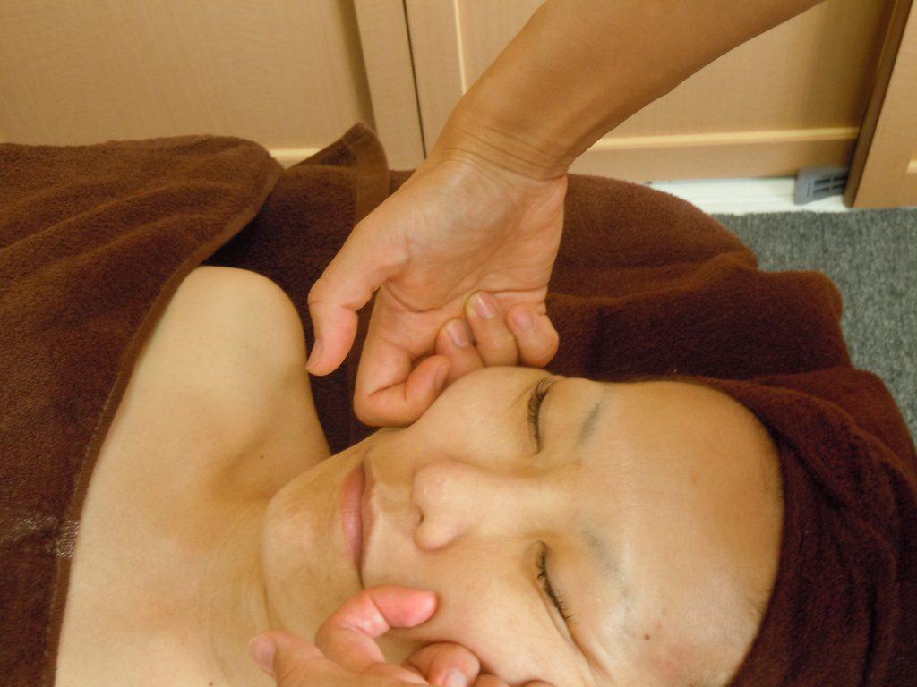 顎下リンパ節をマッサージする横顔
